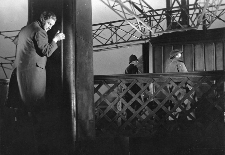 Robert Donat hides from the millions of coppers Carroll has alerted. Image: aksdj flkasdjf ksdjf