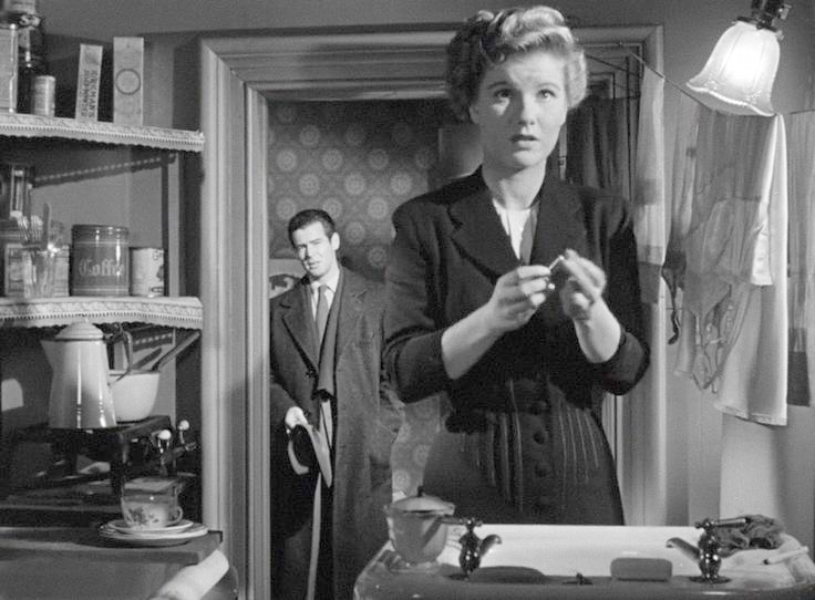 Barbara Bel Geddes is busted by Robert Ryan. Image: uk.pinterest.com