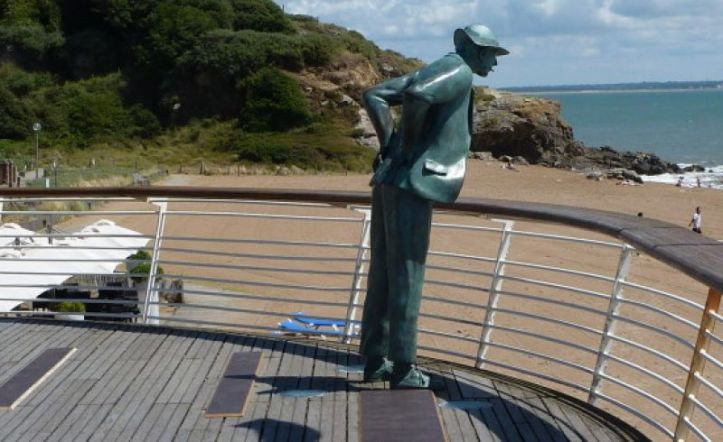 Monsieur Hulot's statue at Saint-Marc-sur-Mer. Image: macotedamour.com
